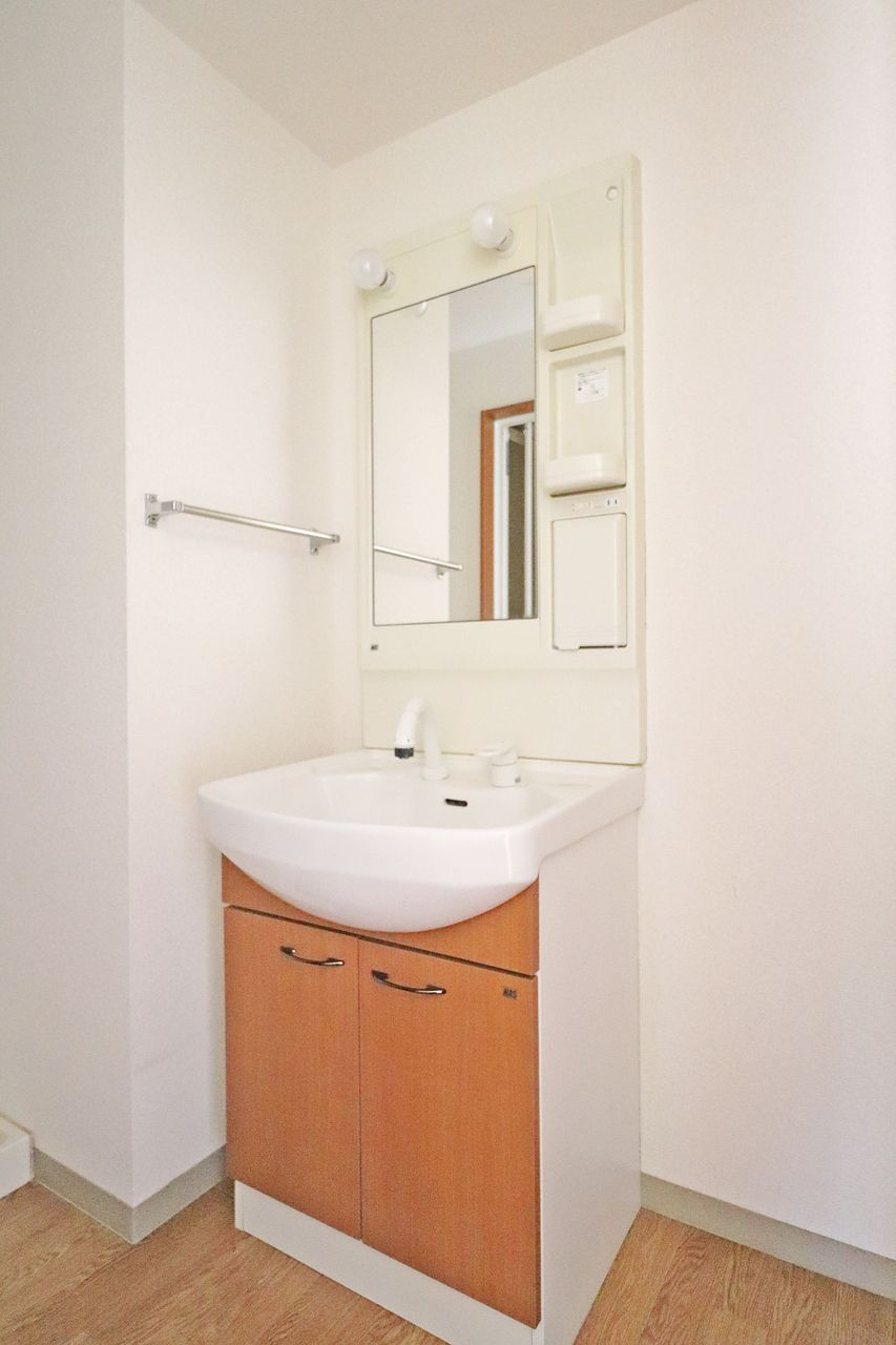バタバタしちゃう朝には寝癖直しにシャワー洗面台が役立ちます。広めのボウルのお掃除も伸びるタイプなのでラクラク♪