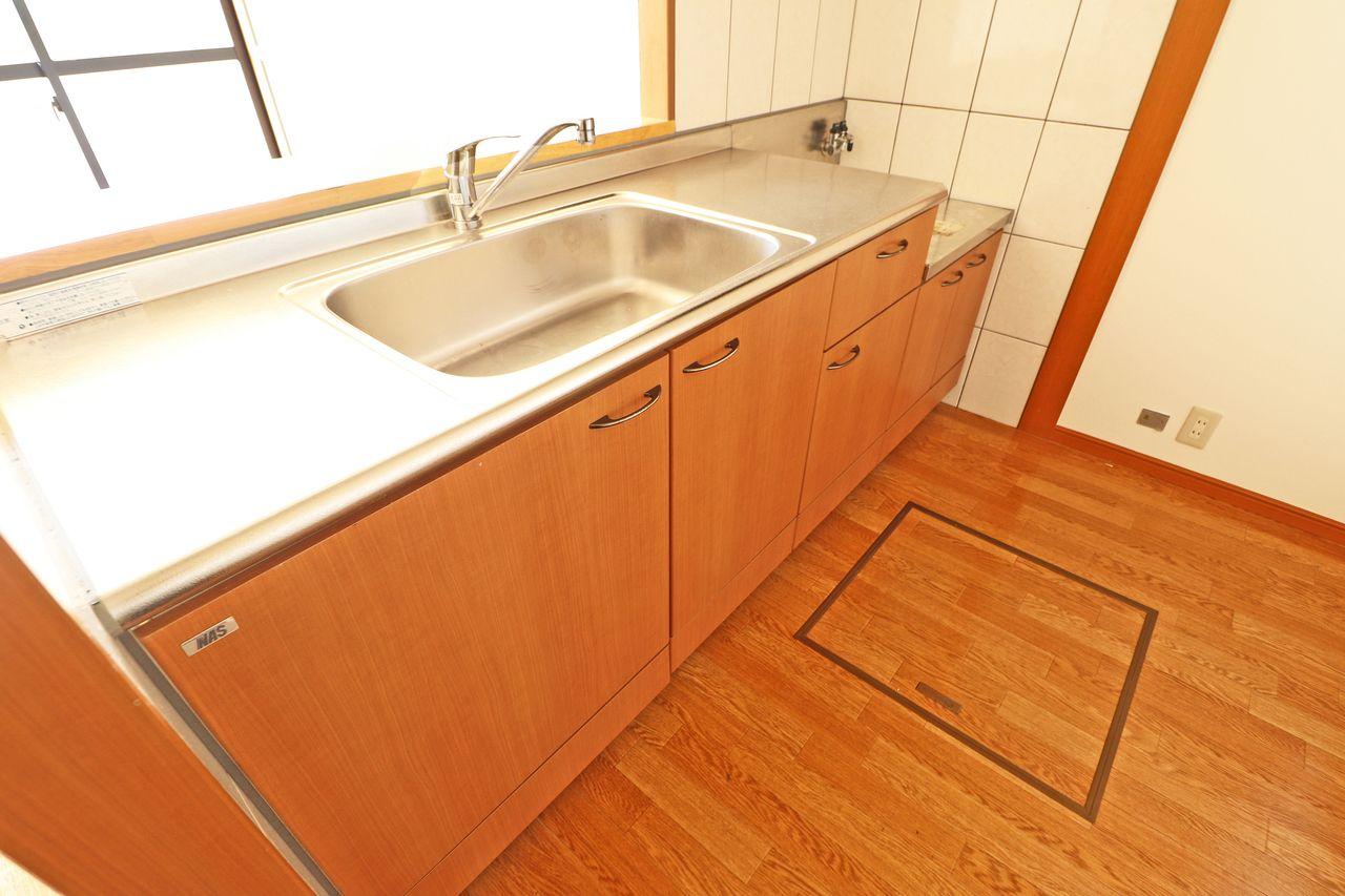 人気のカウンターキッチンです!床下収納から小さな収納まであり、使いやすさを重視しています。