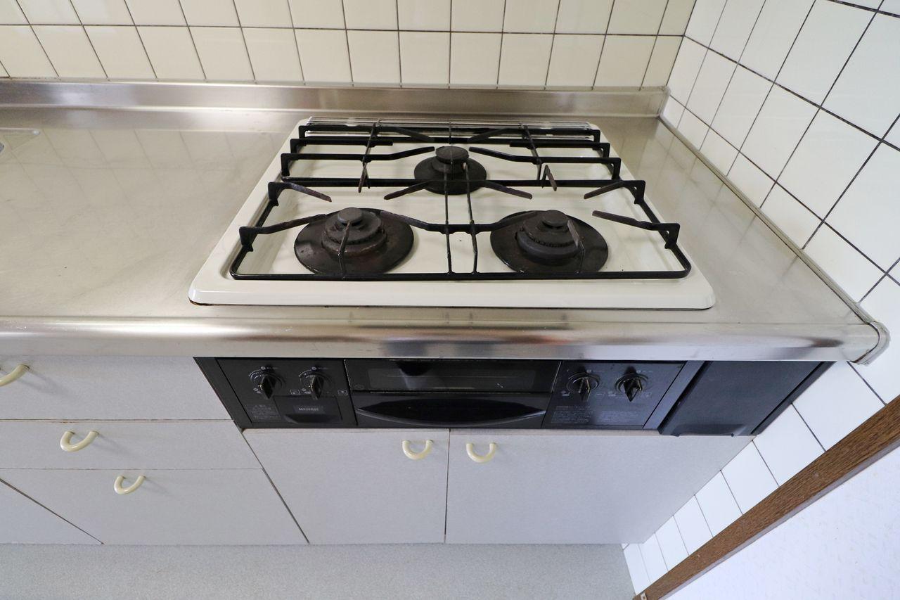 システムキッチンで3口のガスコンロ。パスタを茹でながら、フライパンでソースの調理をして、付け合わせのもう一品まで同時進行で出来ちゃいます。