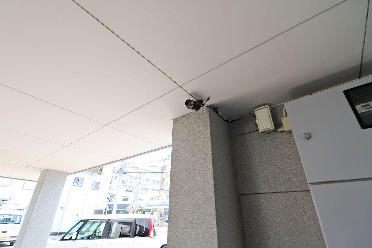 エントランス側にもありましたが、駐車場側にも監視カメラがあります!車が大事な方にはありがたい設備!