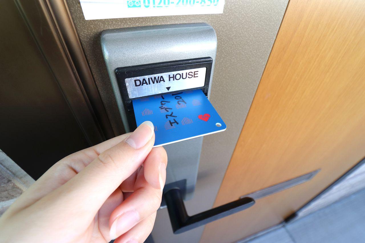 かさばらないカードキーを採用!開け閉めはカードを差し込んで、ドアノブを下ろすだけ!