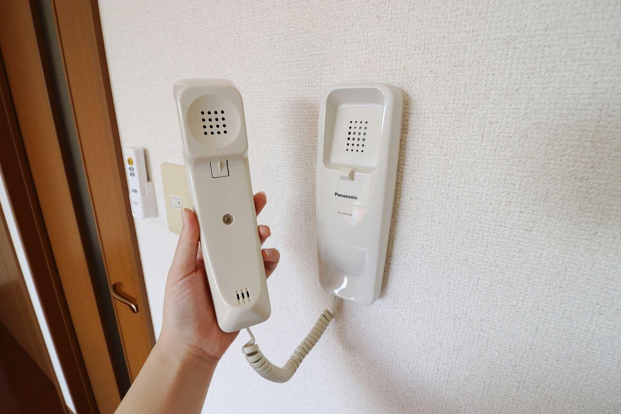 初めての一人暮らしでも安心!インターホンが付いています。玄関を開ける前にしっかり要件を確認しましょう!