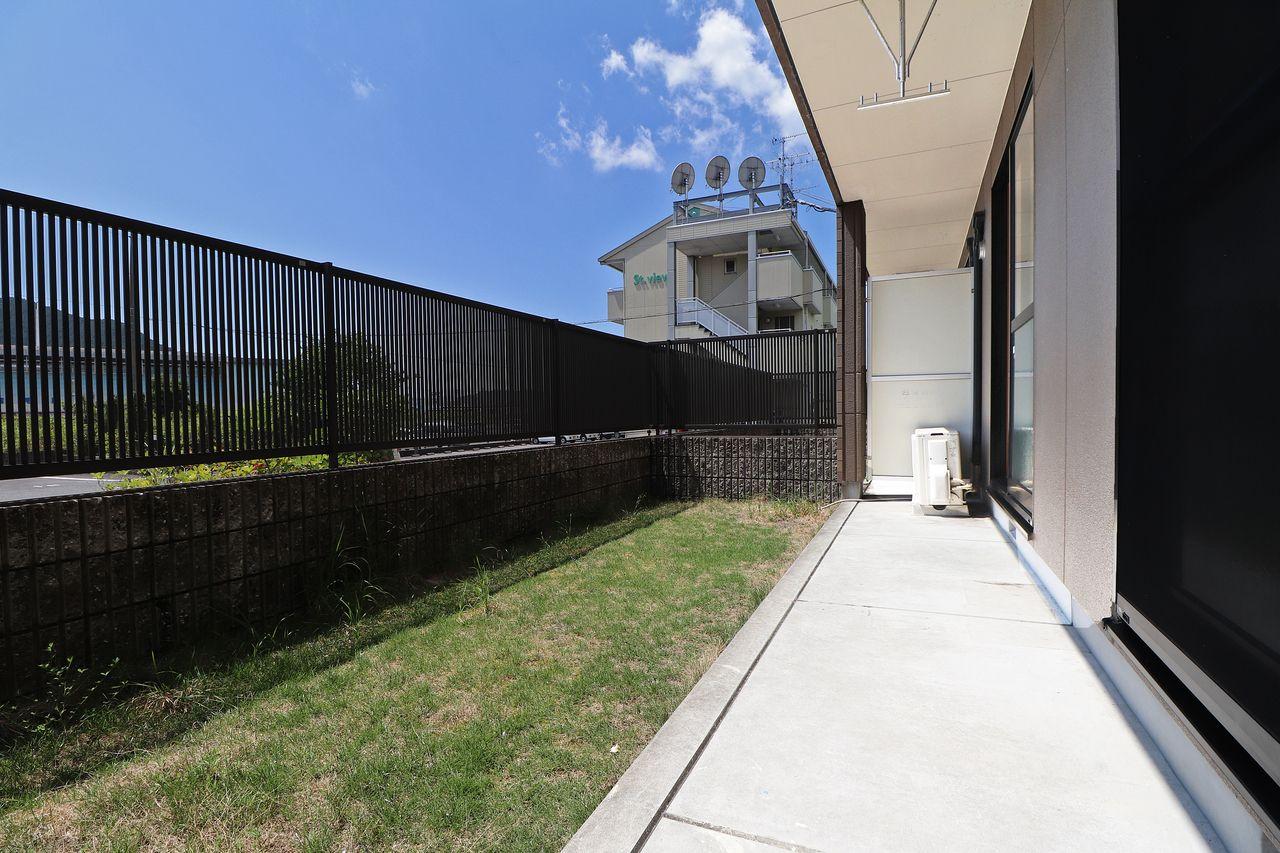 広々としたお庭があります。前の柵も乗り越えられないけど、日差しや風を遮らないという絶妙さ。