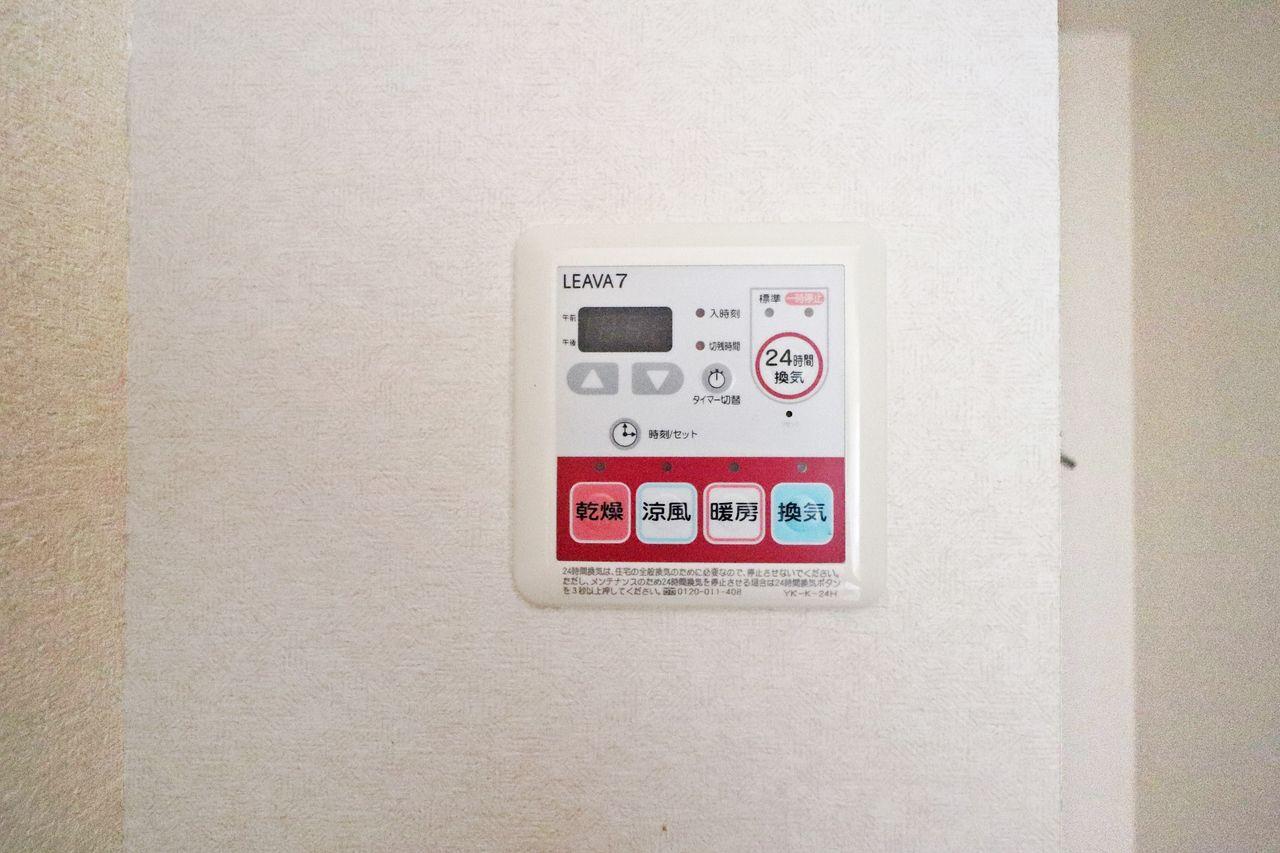 浴室換気乾燥機は洗濯物を乾かす事ができるという点で非常に人気がありますが、寒い時期の暖房機能は一度使うともう無くては生きられない体になります。笑