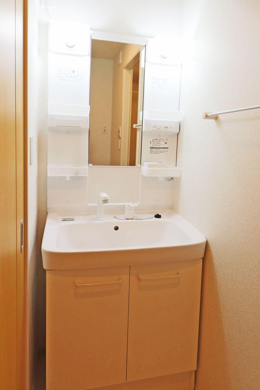 伸びるタイプのシャワー洗面台なので、朝の寝癖直しや広いボウルのお掃除がラクになること間違い無しです♪