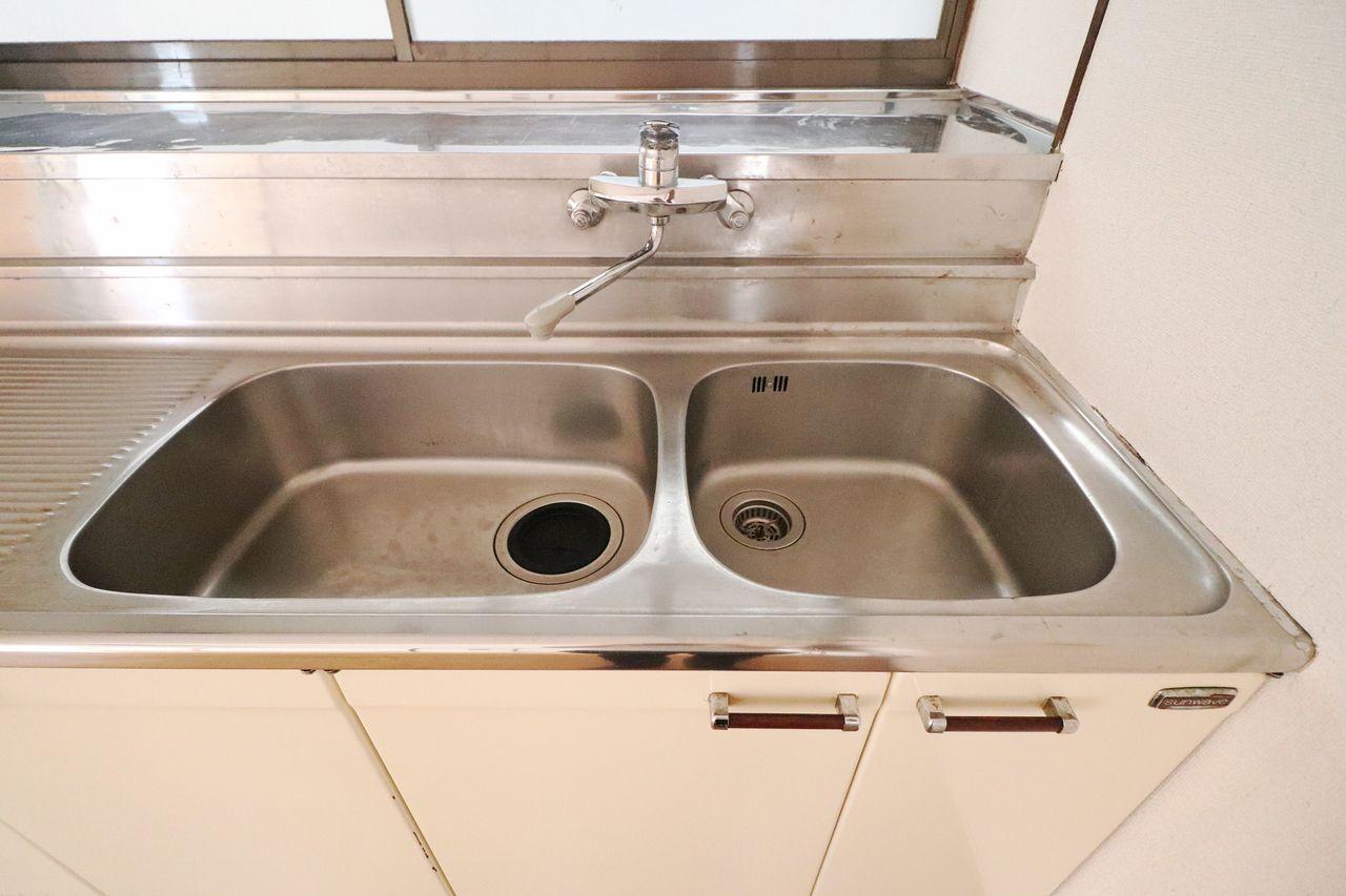 大きめの調理スペースにダブルシンク。洗い物用と調理用で分けてもよし、つけ置き用と流す用で分けてもよしです。