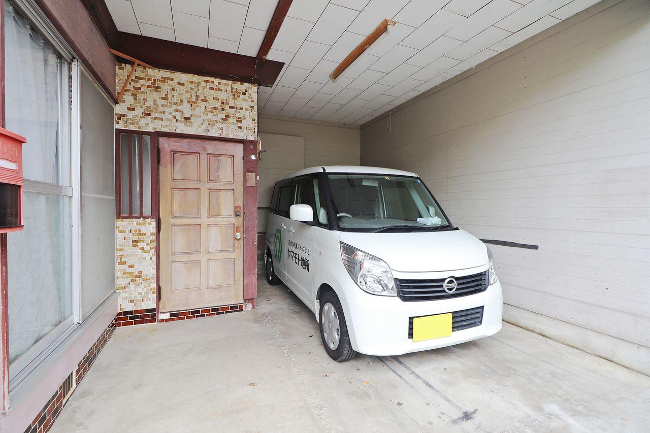 玄関横に駐車スペースがあります。車を置いてもまだスペースがあるので、荷物も置けますね。