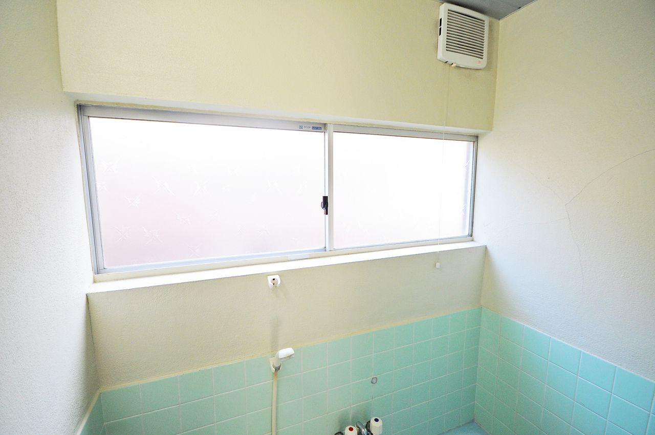 換気扇は電気代がかかりますが、窓を開けることで電気代をかけずに換気ができます。お風呂掃除など、ちょっとした換気をしたい時にも便利です。