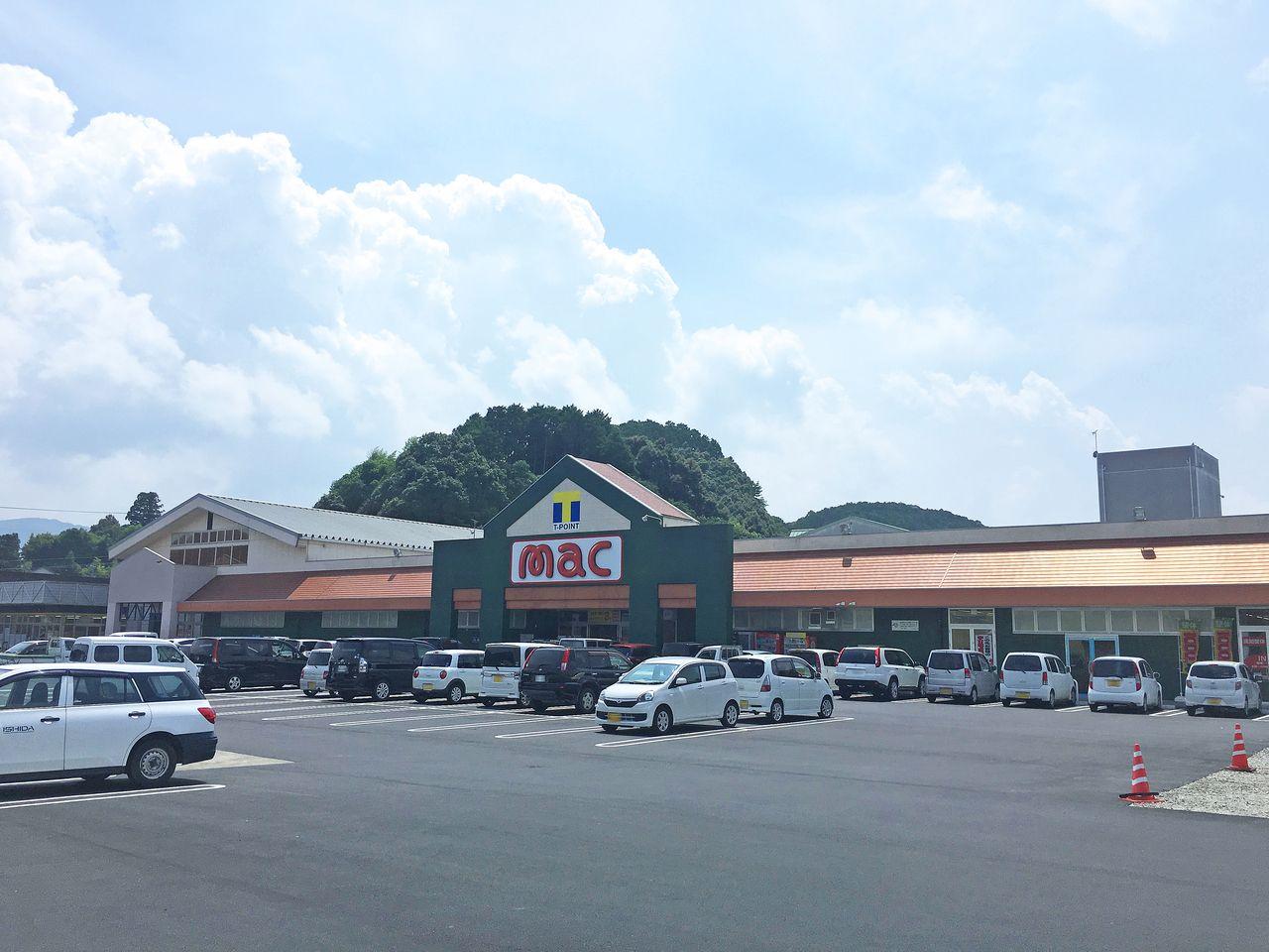徒歩7分の距離にmacがあります。ドラッグストアというよりスーパーのような感覚でお買い物に行ってみてください。お肉もお野菜も安いですよ(*´∀`*)