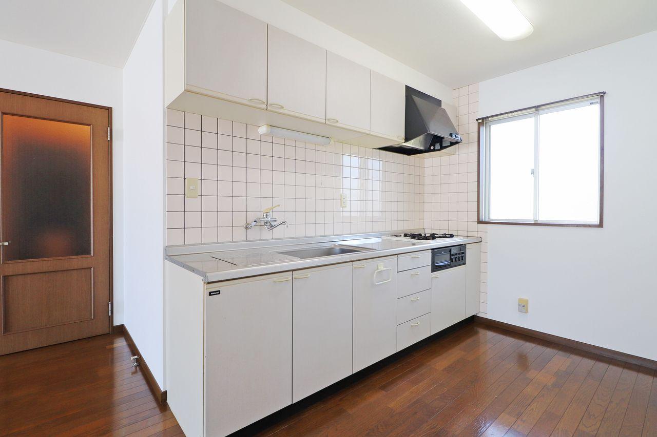 料理中、リビングが背面ではなく横にあるので、とにかく利便性が高い。広さもあって、システムキッチンでもはや言うことなしです。