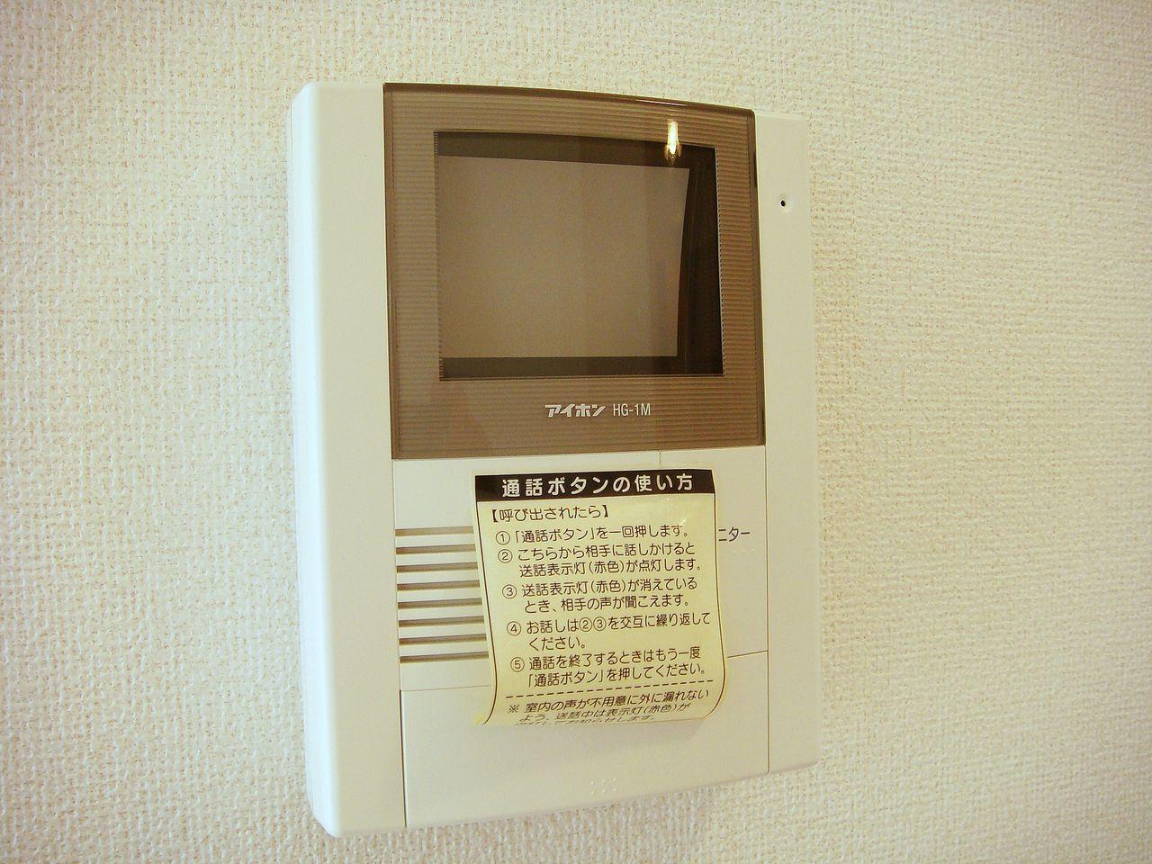 来訪者を映像で確認できます。防犯対策にも役立つ設備です♪