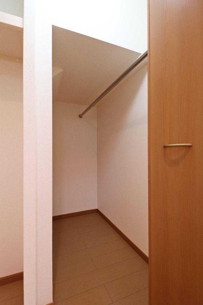 クローゼットの広さが半端ないって。こっちが仕事着用、洋室が普段着用で分けて収納するのもいいかもしれません。