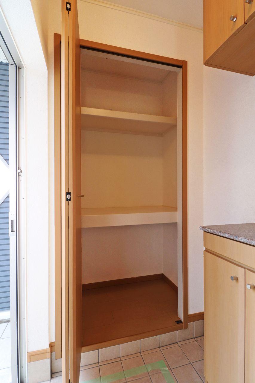 シューズボックスとは別にこの大容量の収納があります。玄関はもうごちゃごちゃしません。