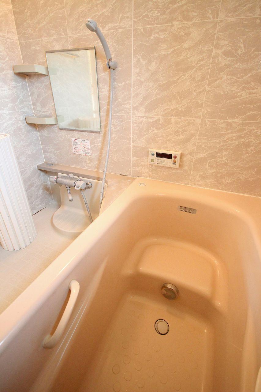 広々とした一坪風呂、サーモスタットバス水栓、追焚機能付き。言うことなしですね。