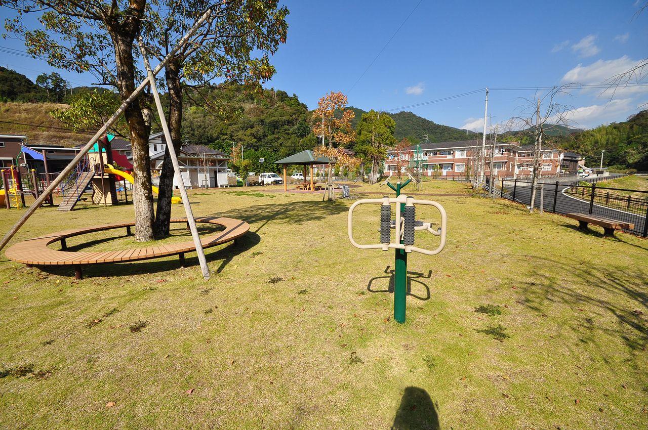 建物前には広くて綺麗な公園があります。お子様が喜んでいただける環境。