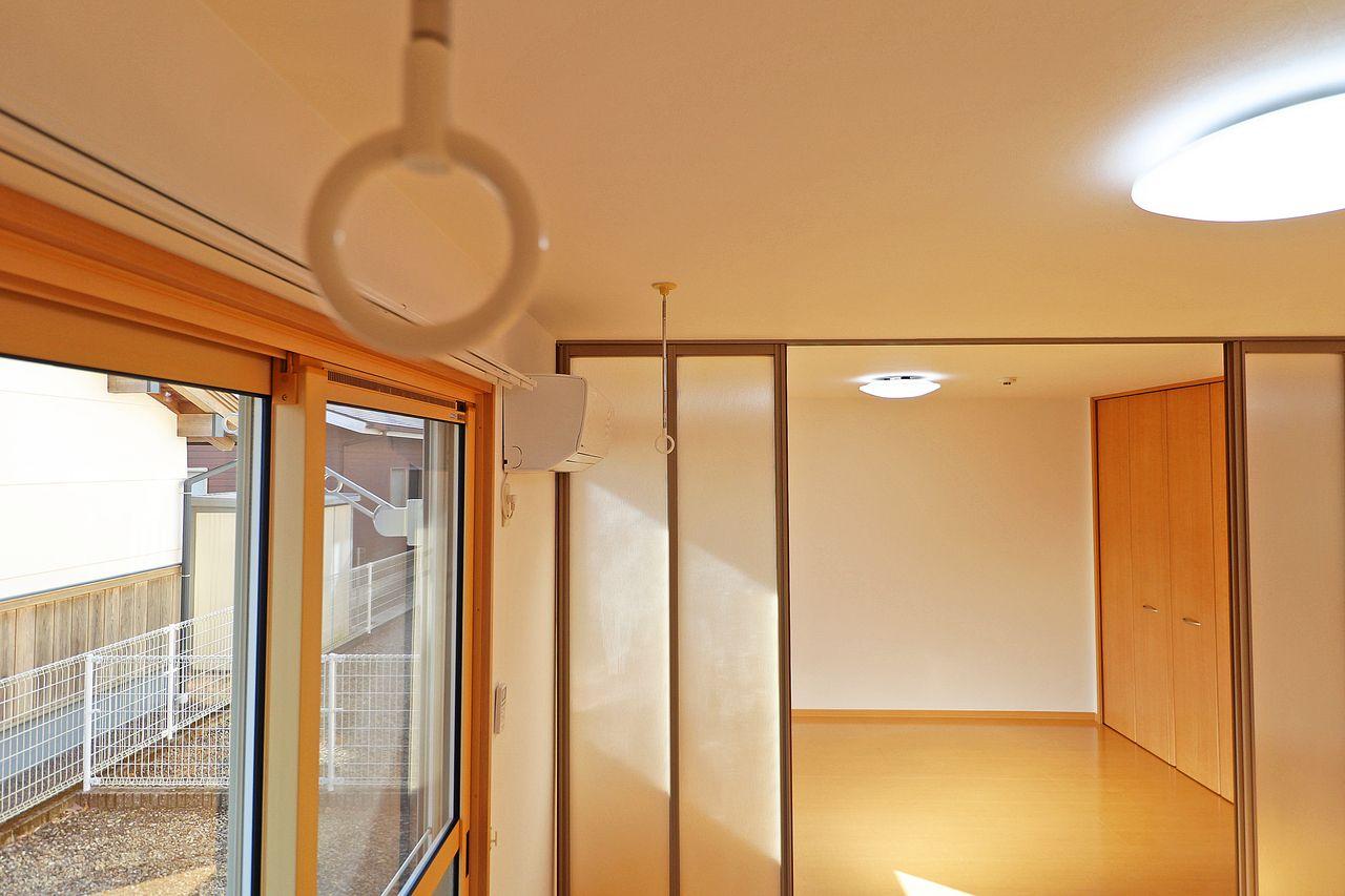 夕方に洗濯物を取り込めない方に嬉しい室内物干し。使わない時は壁に掛けられます。