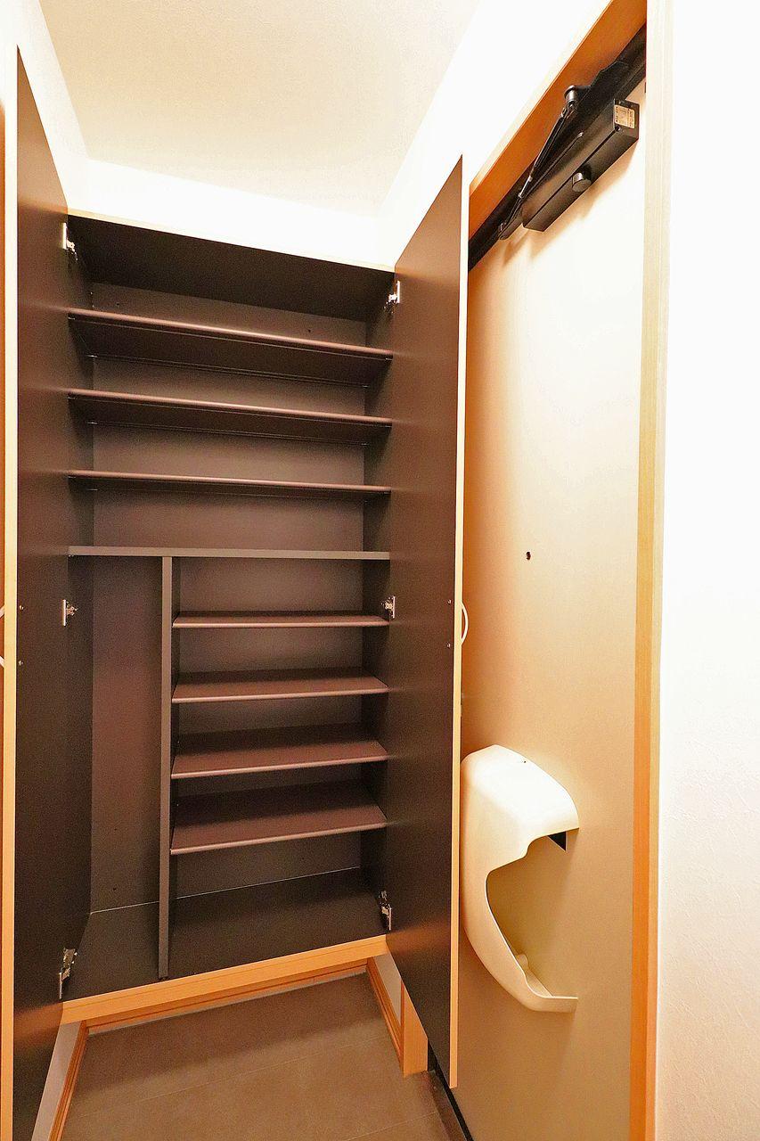 玄関には大容量のシューズボックス。傘も収納できる優れものなのです!