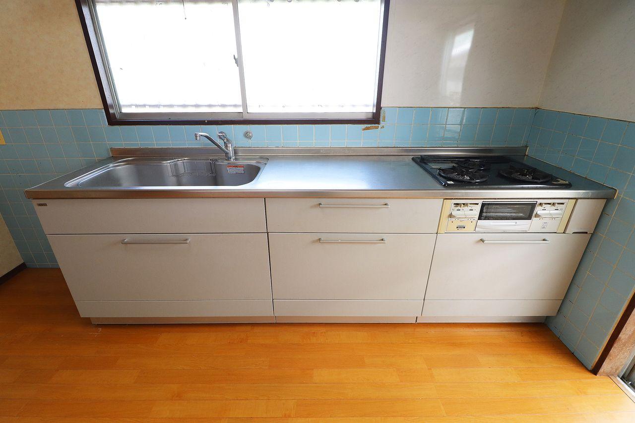 3口ガスコンロ付きの大きなキッチン。調理スペースも広めです。