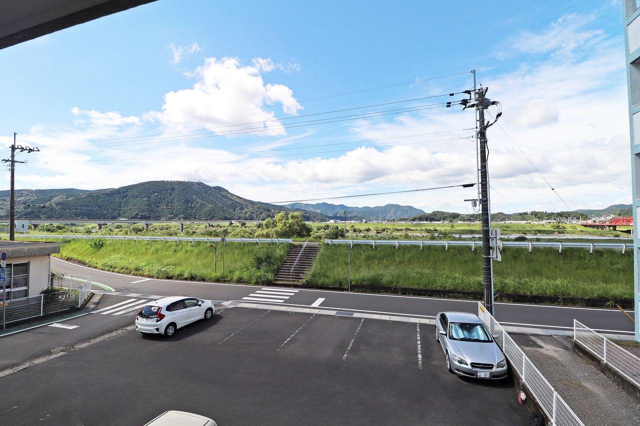 広い空、翠緑の山、清流四万十。その瞬間の風景を切り取ってくれる一つのアイテム。窓。