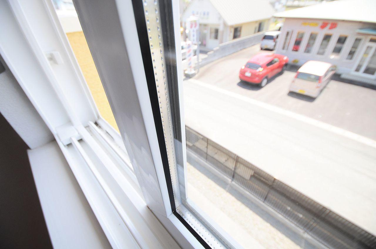 ガラス表面に発生する結露を防いでくれます。断熱効果もあるスグレモノなのです!