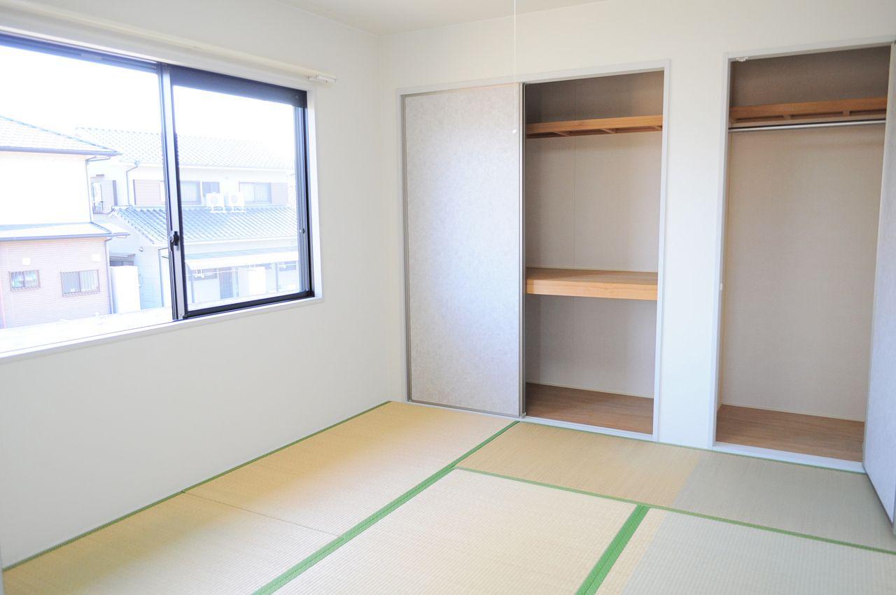 和室には押入れとクローゼットがついています。この収納があるおかげでお部屋を広々使えますよ~!