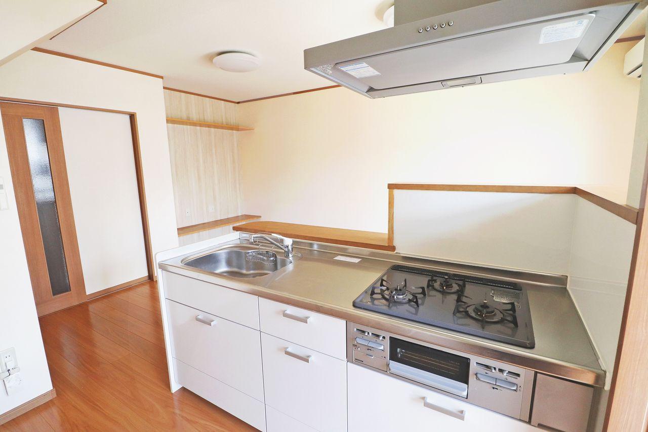 ガス3口とグリルが付いています。調理スペースや洗い場も広く、毎日の料理もはかどります!