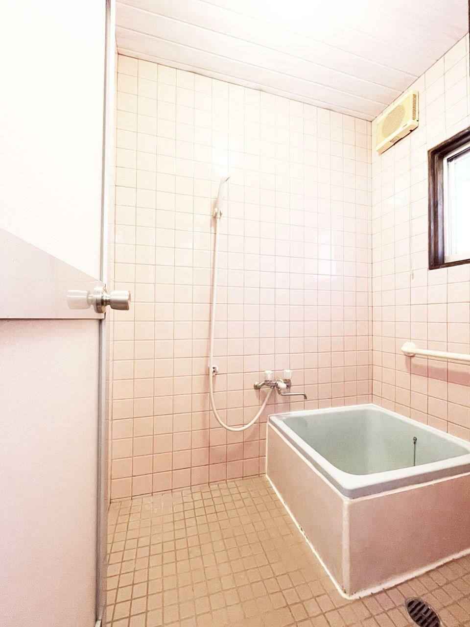 浴室には換気に便利な窓があります。入浴後は開けてカビ防止に役立てて下さい。