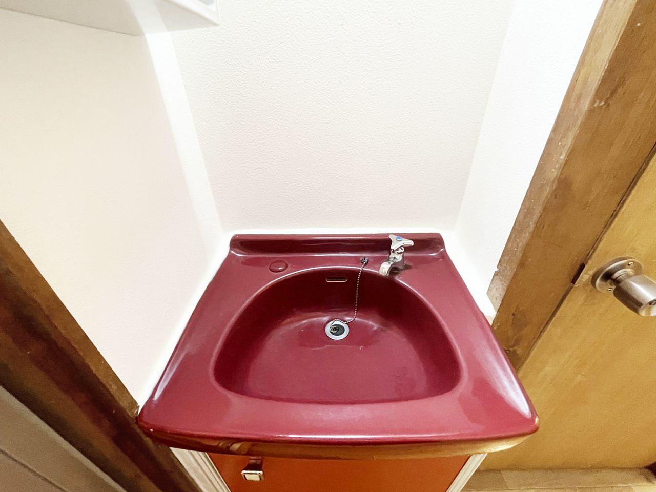 左手の鏡の裏側は歯ブラシなどを収納することができます。洗面台下部には洗剤などのストックを収納すると良いかもしれません♪