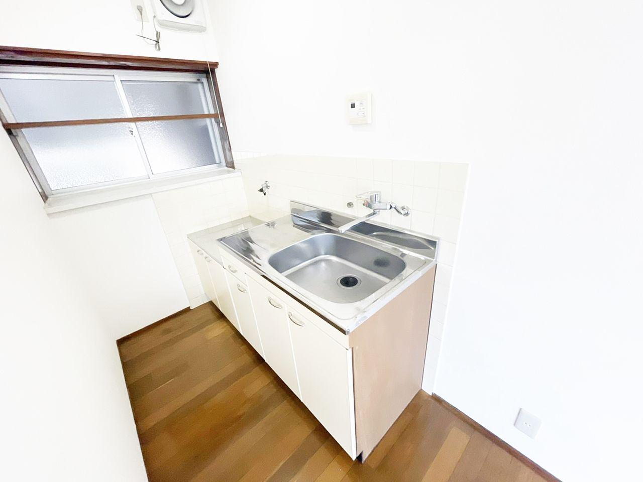 シングルレバー水栓のついたキッチン。お湯と水をレバーひとつで切り替えることができます♪