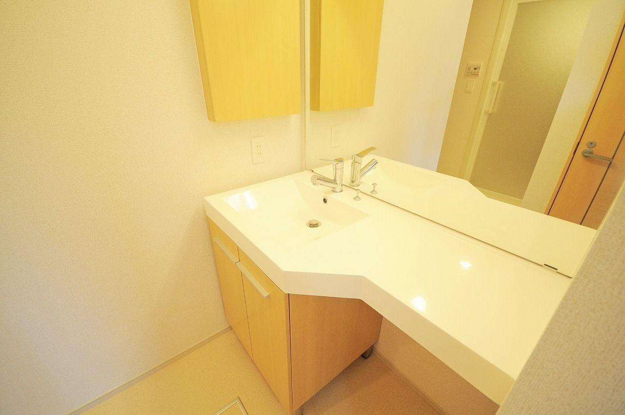 賃貸ではあまり見かけないゴージャスな洗面台。かなり広いスペースがあるので使いやすく、洗面台横に棚が付いてるのがGoodな部分♪