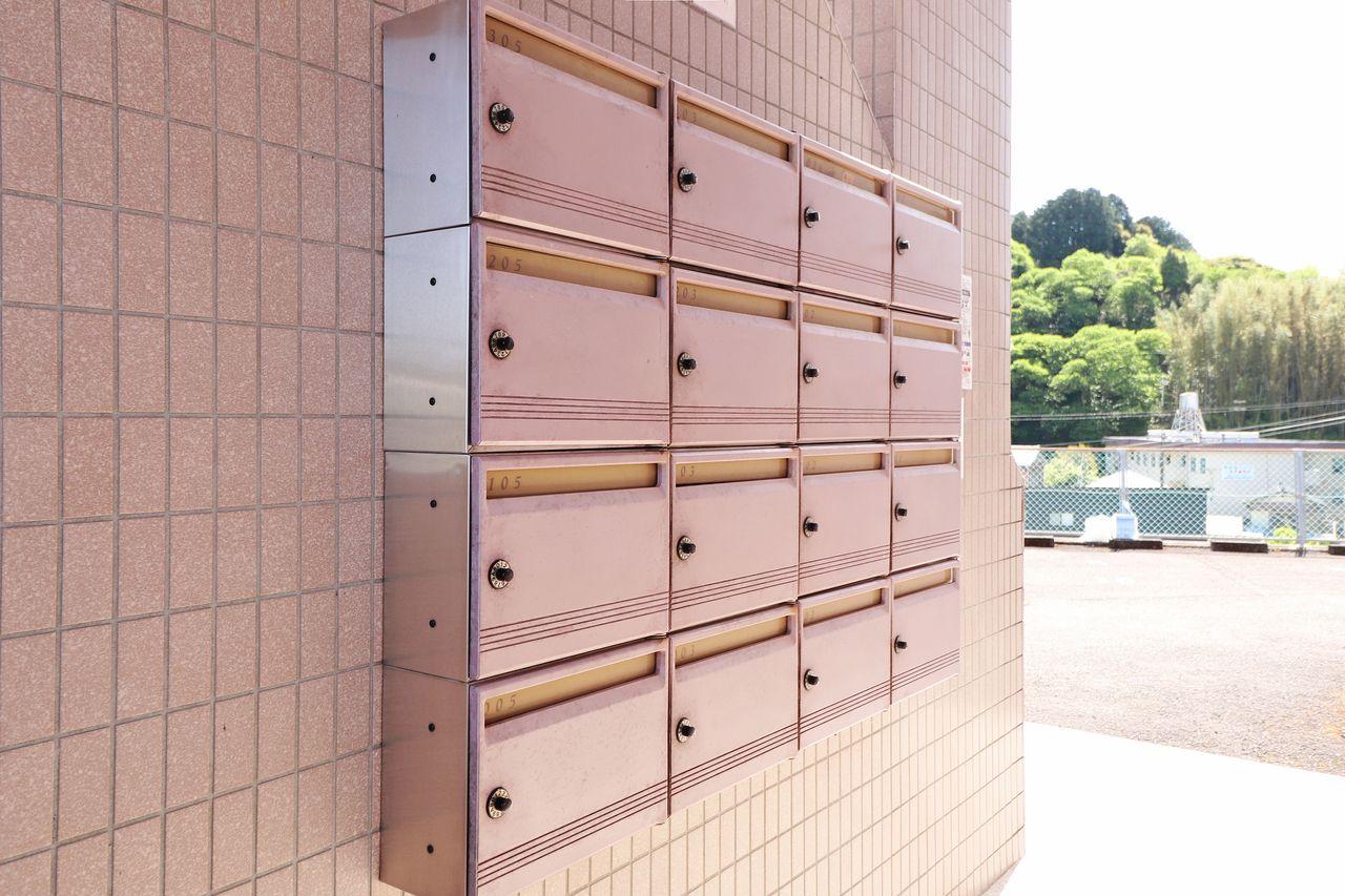 ダイヤル錠付きの集合ポスト。他人に開けられるリスクがグッと減りますので、大事な郵便物をしっかり守ります。