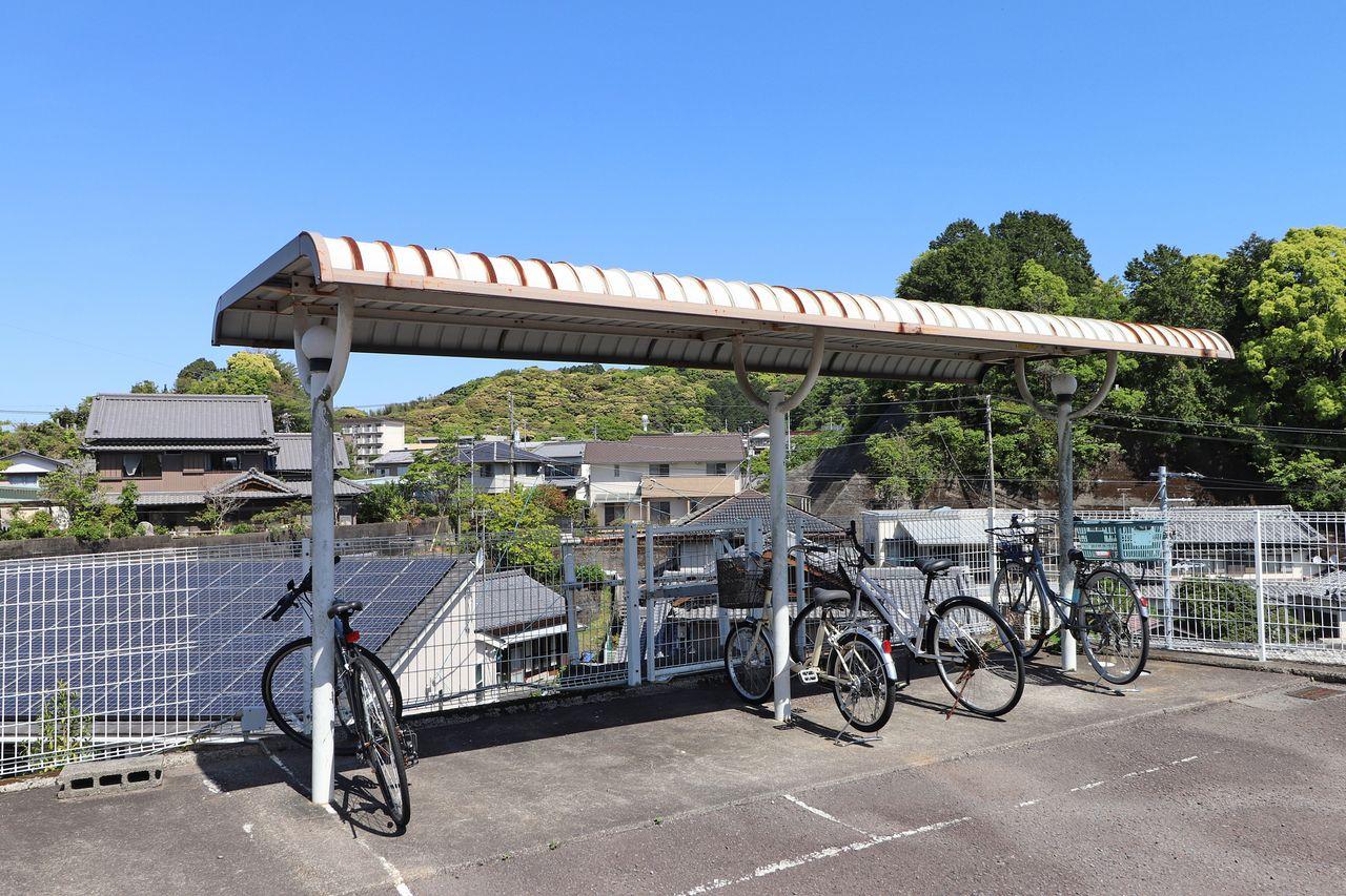 屋根付きの駐輪場。雨ざらしにならないので、自転車やバイクの劣化を防ぎます。