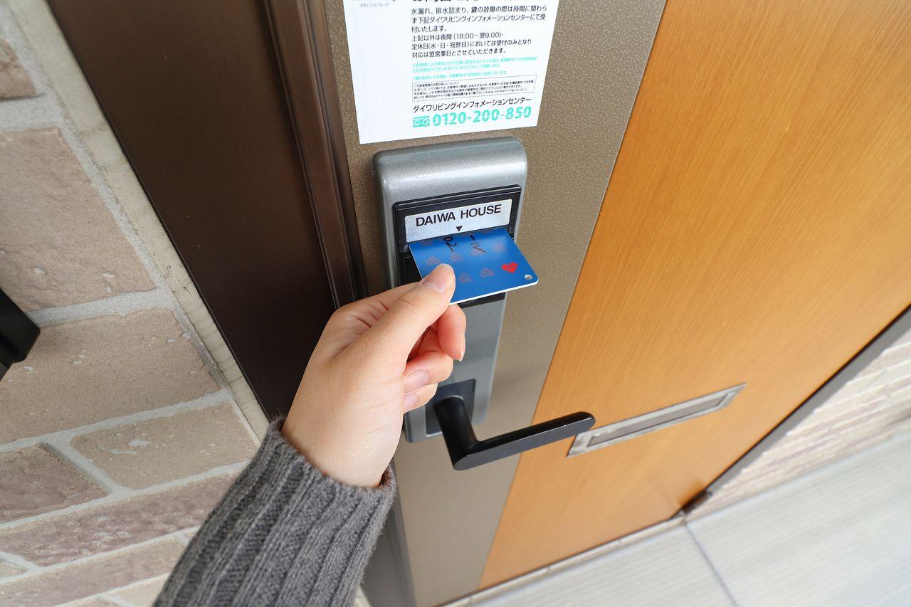 薄型だから持ち運びやすい!財布、携帯ケース、手帳ポケットなどに入れておくことが可能です。