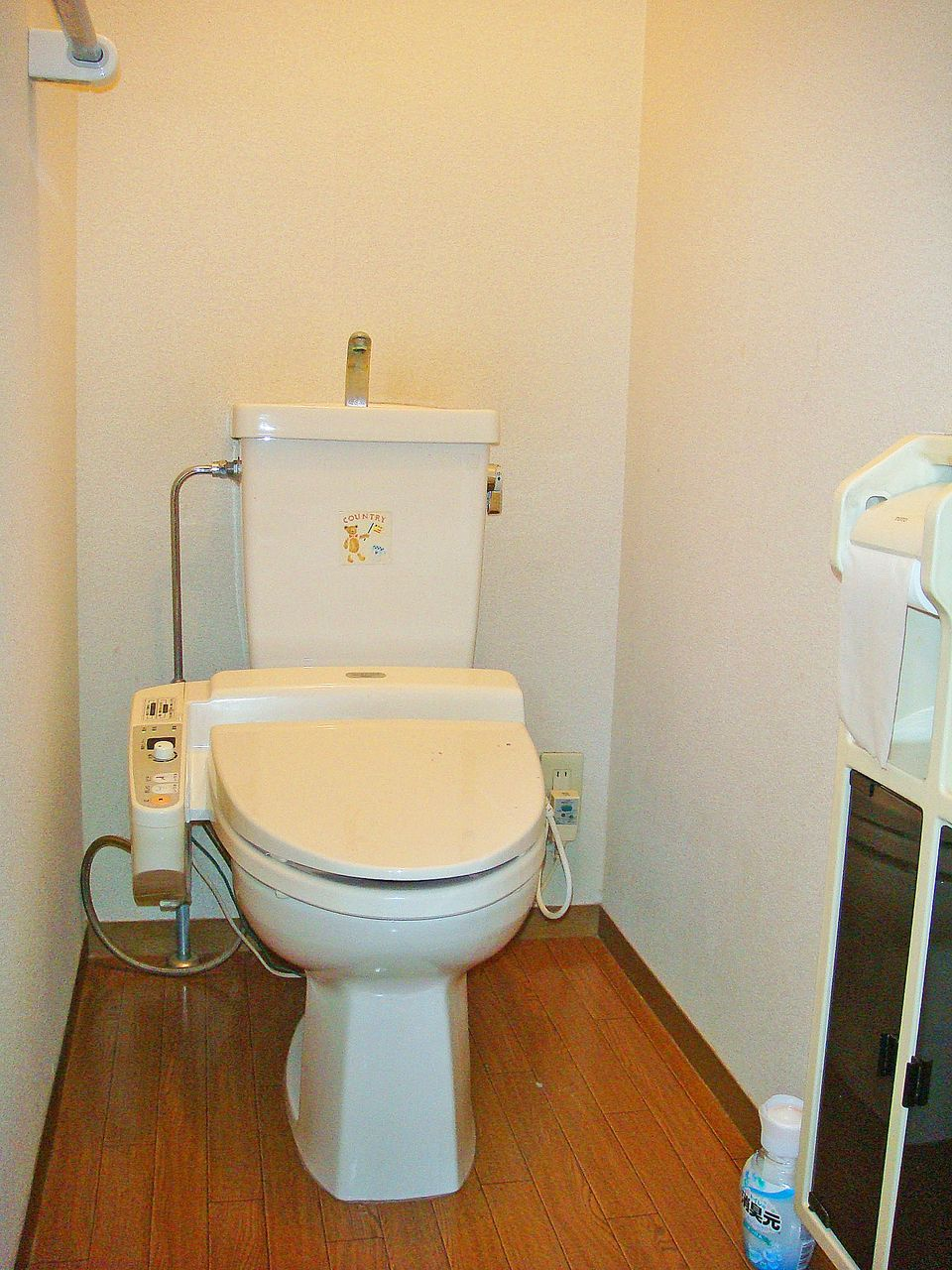 人気のウォシュレット付きトイレです。トイレットペーパーの使用量が大幅に少なくなり節約になります。