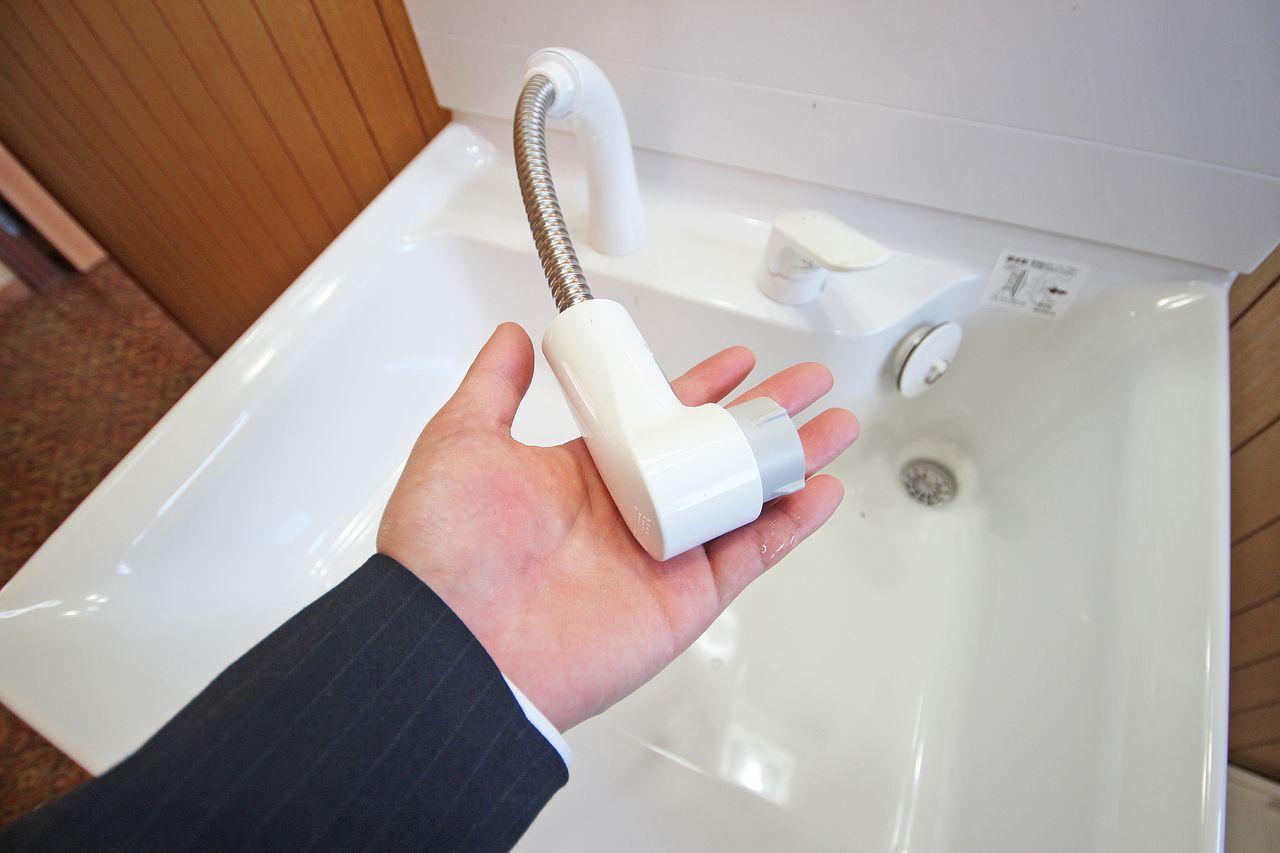 伸びるタイプのシャワー洗面台です。髪の毛のセットはもちろん、大きなボウルのお掃除も簡単にできちゃいます!