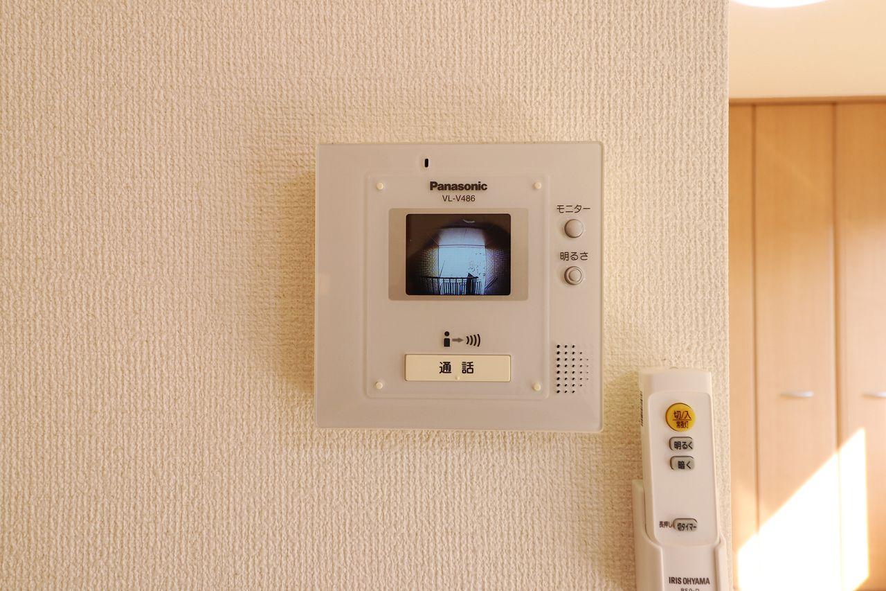 来客があればまずモニターを確認。防犯面でかなり役立つ設備がついています。