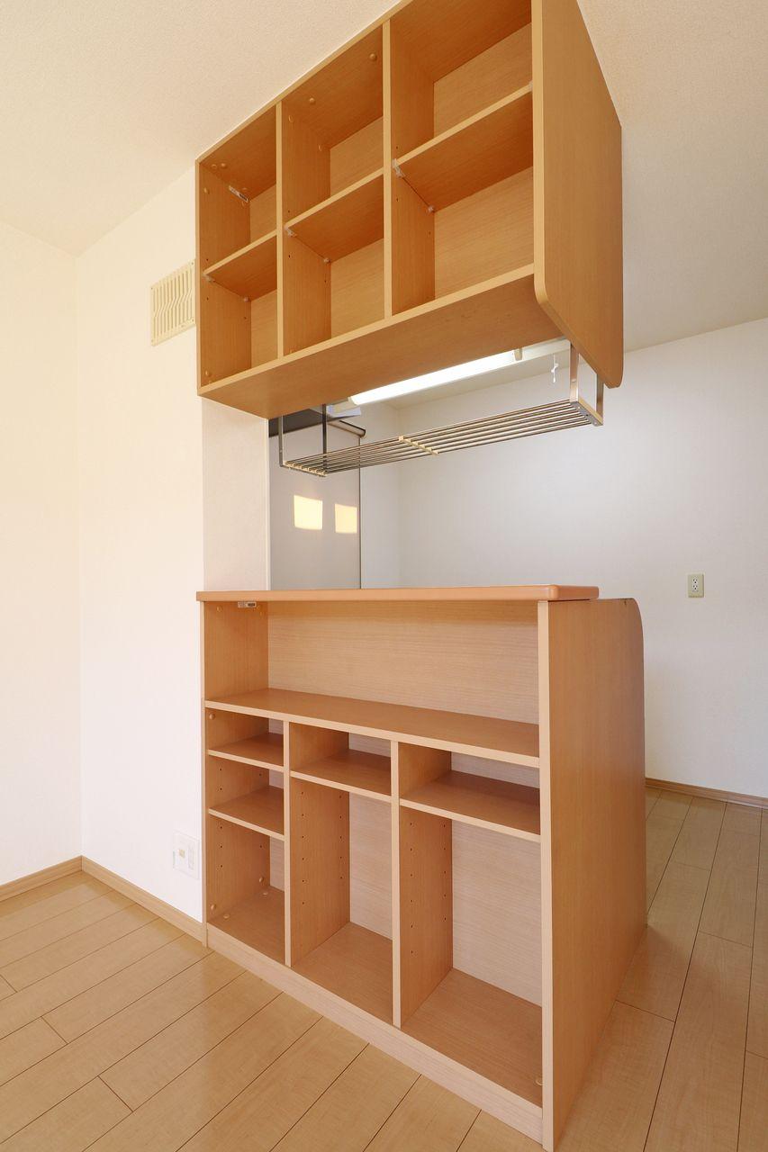 カウンターキッチンのLDK側には棚が付いていて、小物や本が置けます。人気の設備がワンランクアップしています。