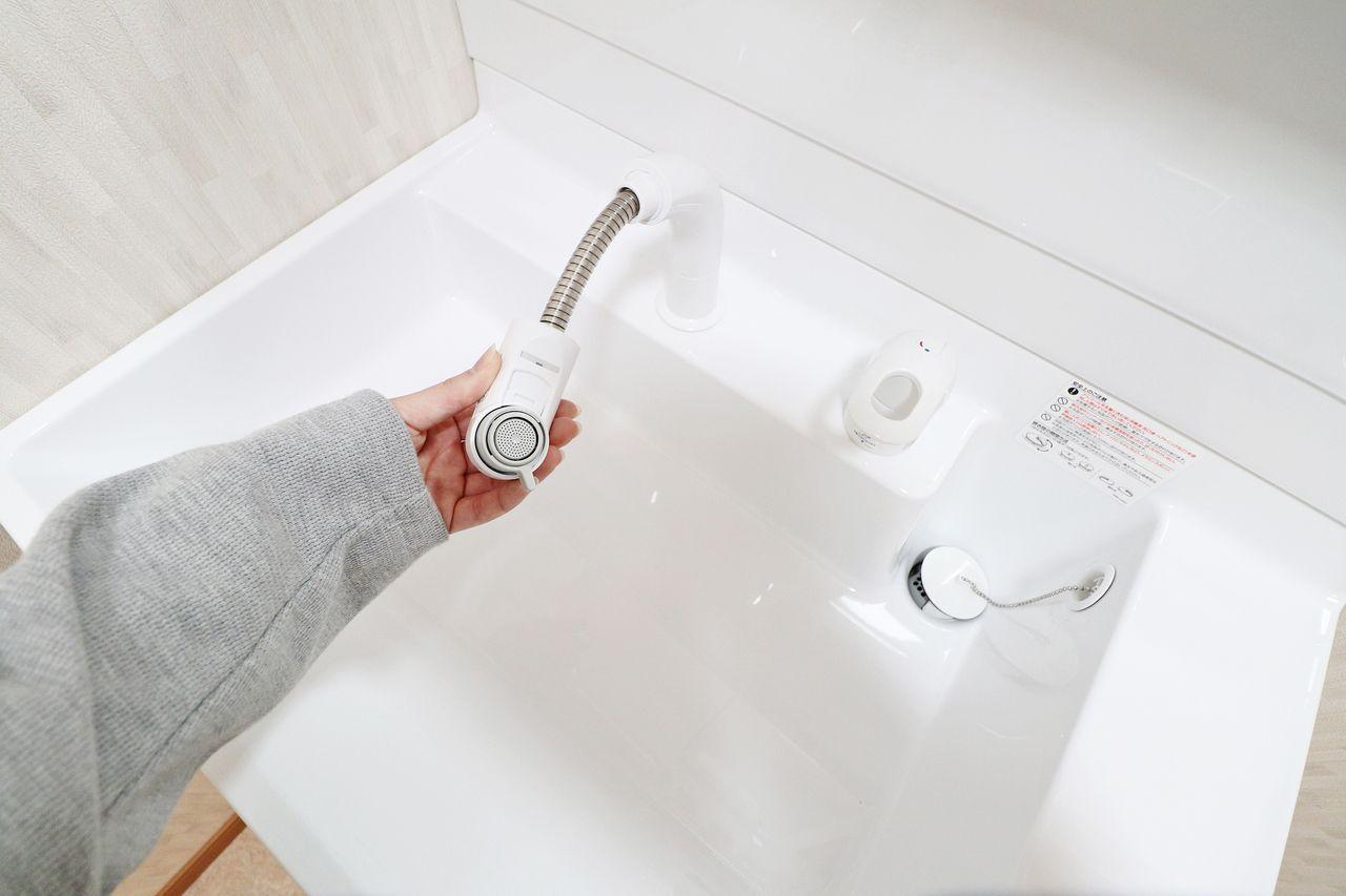 シャワー水栓は引き出し可能で、シャンプーや手洗い洗濯などをスムーズに行うことができます。 仮置きスペースがあるのも嬉しいポイント。
