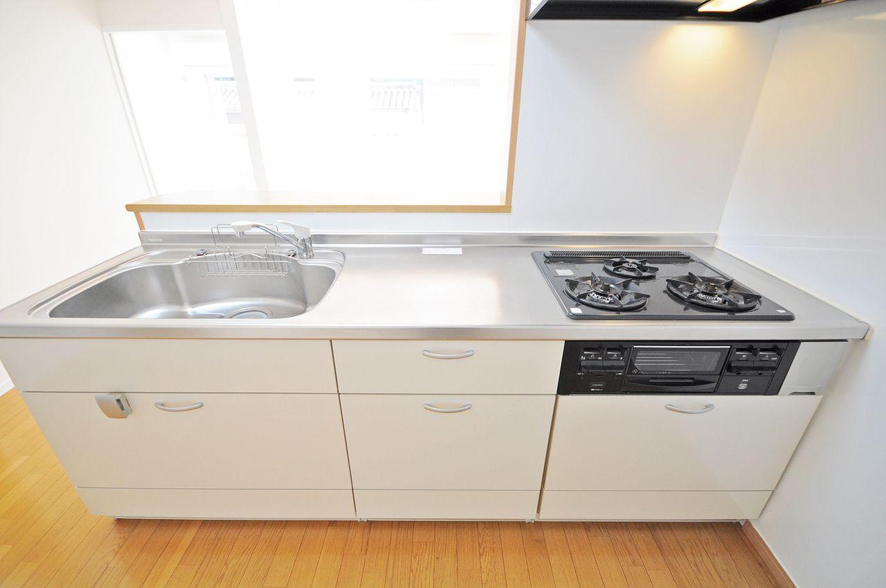 ガス3口付きのカウンターシステムキッチン♪収納は引き出し式なので奥にしまった調味料なども上から見下ろすことができ、取り出し簡単!