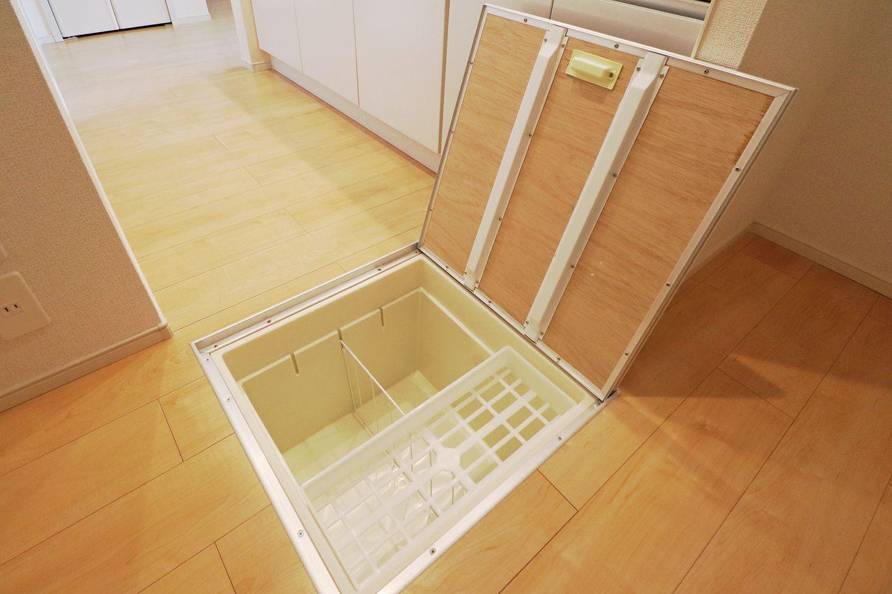 非常食や調味料のストックなど、保管ができます。 重たいものは収納しないように気をつけてください。