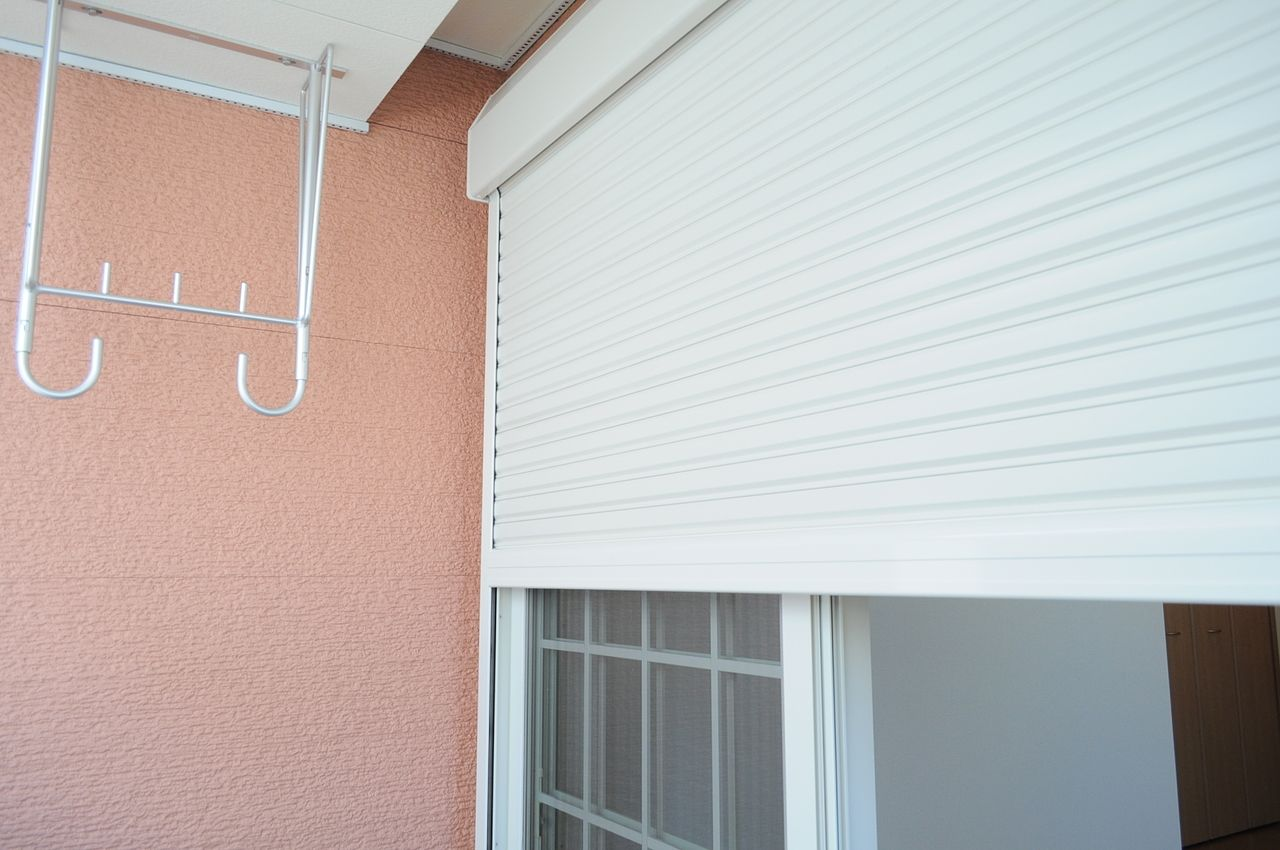いつ訪れるかわからない災害に備えて、シャッター雨戸で窓ガラスを保護できるようにしておきましょう。