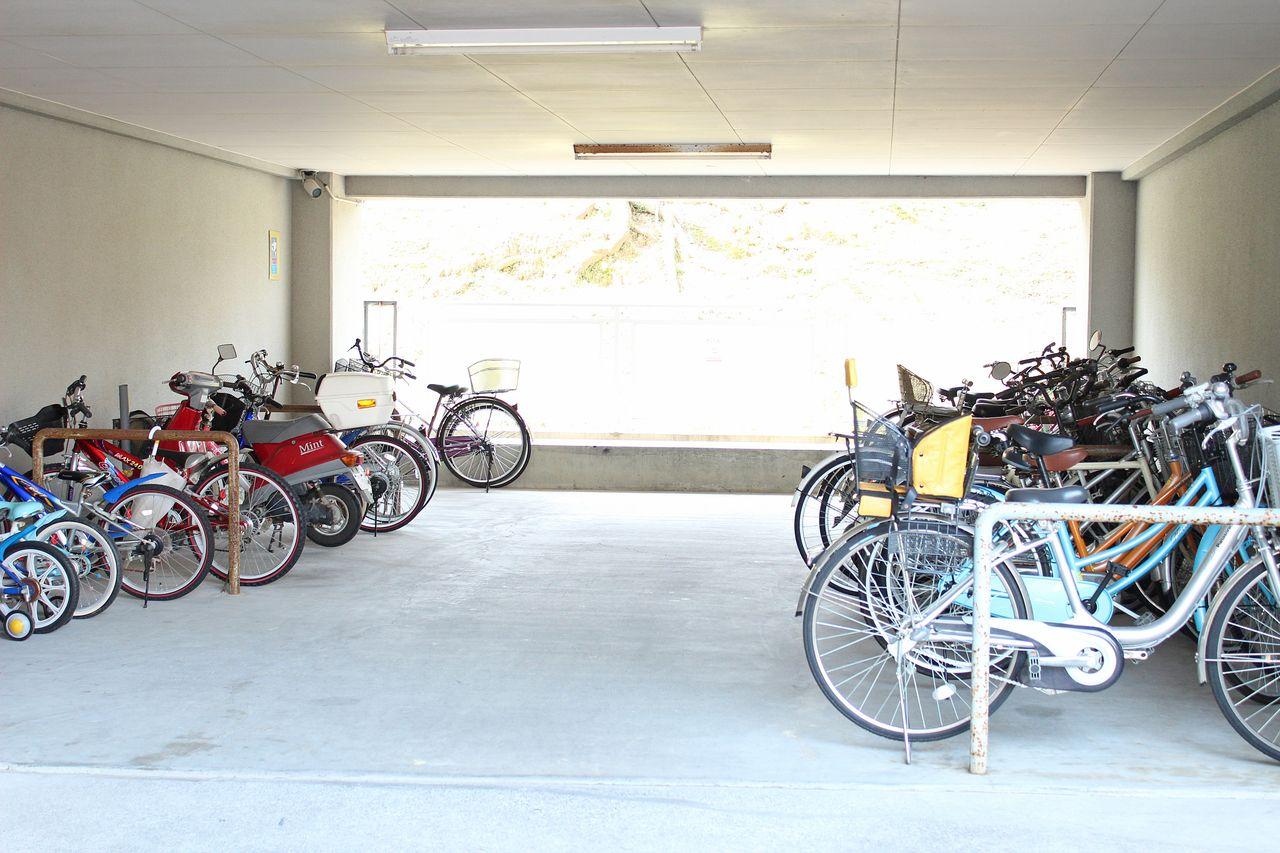屋根付きの駐輪場が建物内にあります。雨に濡れて錆びるのを防いでくれます♪