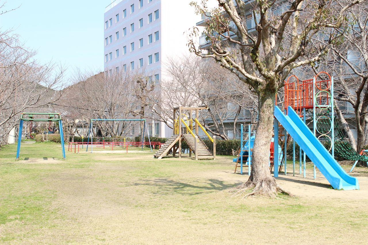 お子様の遊び場だけじゃなく、ちょっと日向で本を読みたいなど、色々な用途に使える公園が建物前にあります。春に咲く桜は必見!