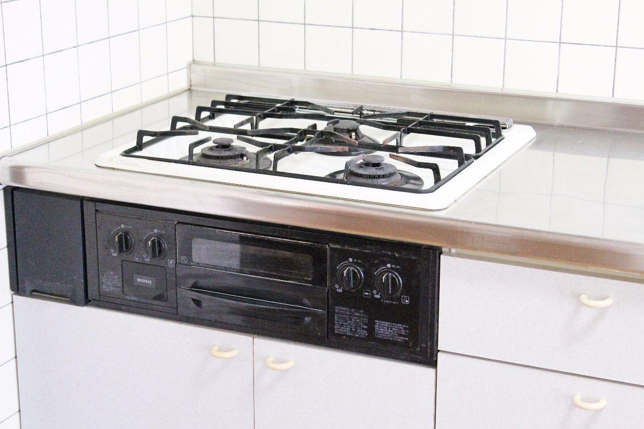 ガス3口でグリルも付いています。一気に煮込みものや作る置きの鍋を置いておけるのは嬉しいですよね。