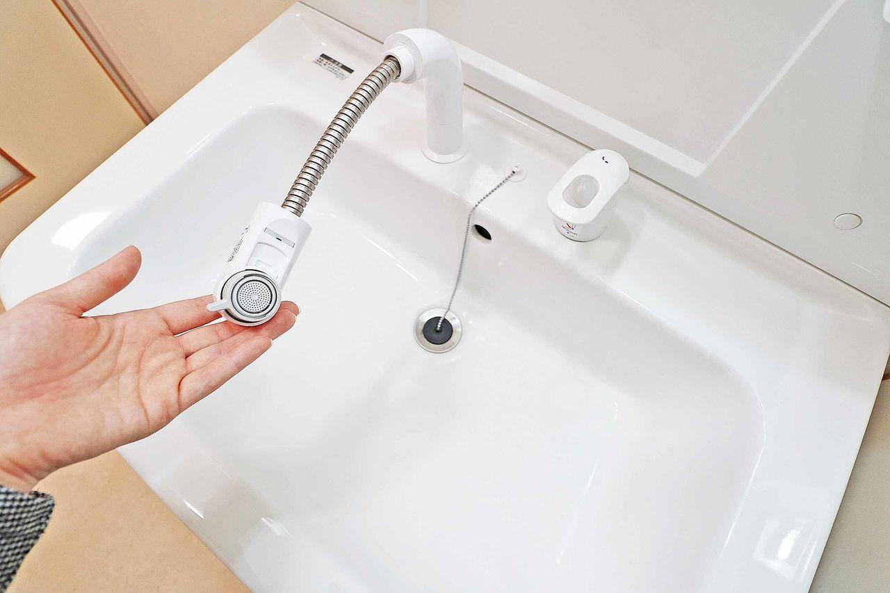伸びるノズル付き洗面台。ボウルのお掃除がノズルを伸ばして回転させれば非常に容易!