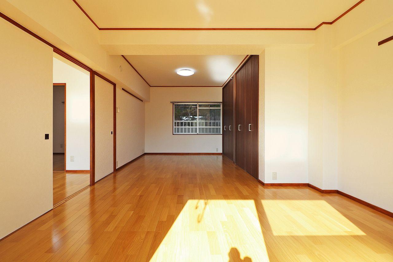広々とした12畳の洋室があります。DKとの仕切りを外すと20畳の大空間が完成!