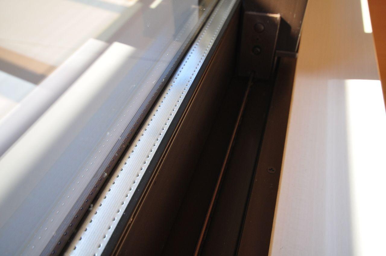 2枚のガラスに空気を挟んでいる為、直接熱が伝わらないので結露が起こりにくく、断熱・防音性に優れています。