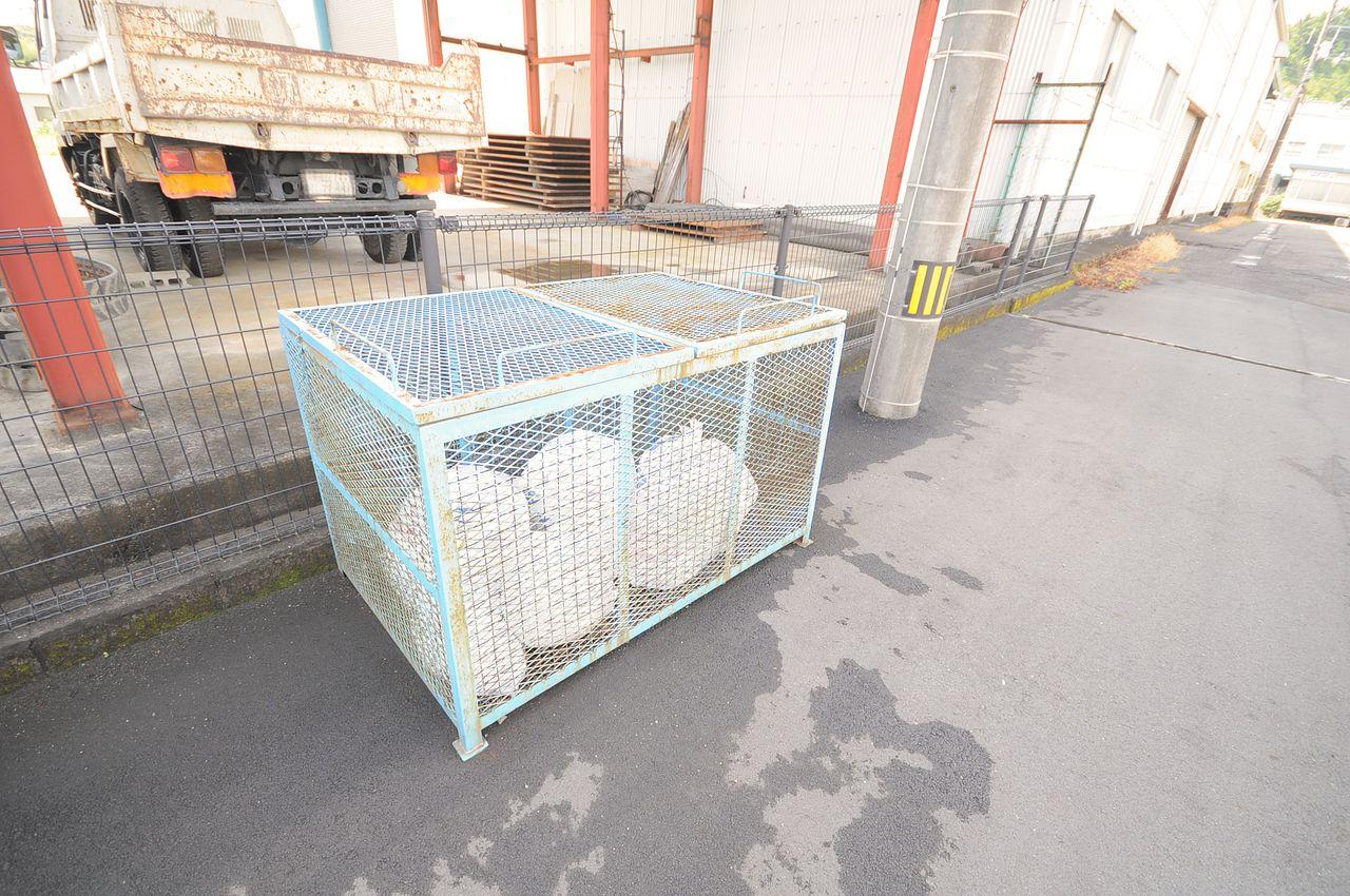24時間ゴミ出し可能のゴミステーションがあります。猫やカラスにゴミを荒らされる心配がないのが嬉しいですね。