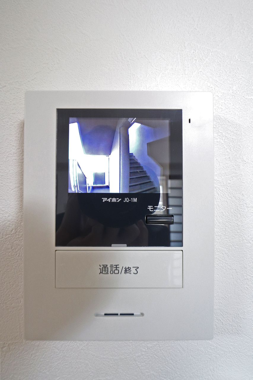 防犯対策にカラーモニターホン!玄関ドアを開ける前にまず顔と要件を確認しましょう。