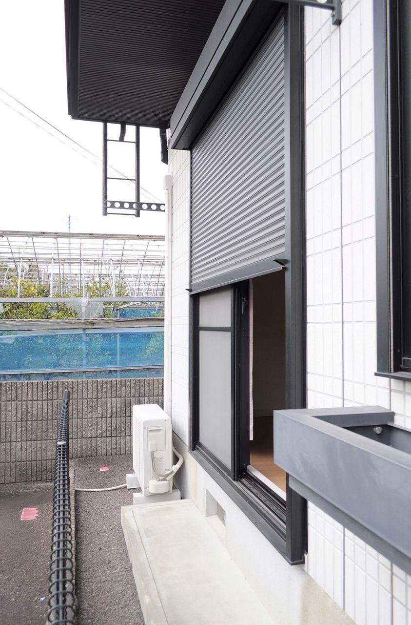 台風など風の強い日は、シャッターを閉めて飛来物から窓を守りましょう。